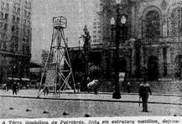 O petróleo é nosso: réplica da torre de petróleo na Praça Ramos de Azevedo