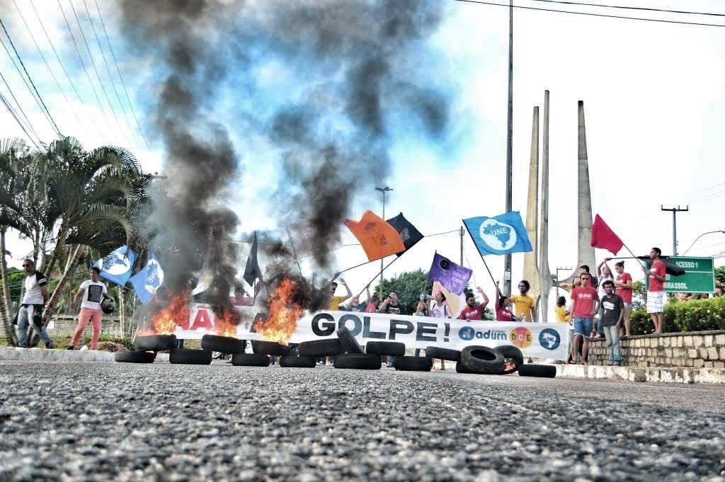 Estudantes trancam UFRN em protesto contra o golpe - Foto: Mídia Ninja