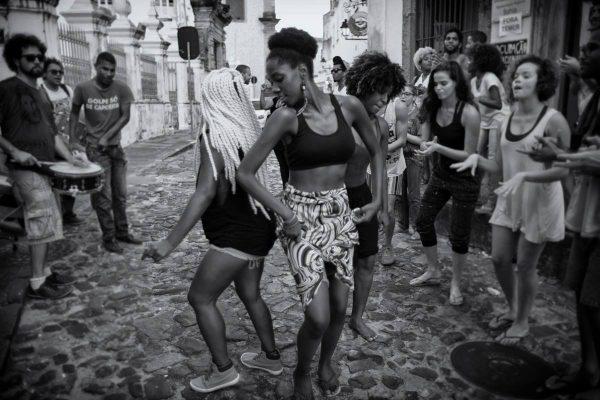 Artistas apresentam dança nas ruas do Pelourinho, em Salvador, contra o golpe de Temer - Foto: Ocupa MinC BA