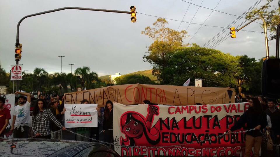 dia-11-estudantes-da-ufrgs-pararam-a-avenida-bento-goncalves-a-acao-e-parte-do-dia-nacional-de-lutas-contra-a-pec-55